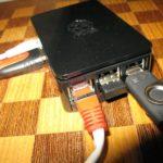 Le Raspberry Pi branché en HDMI et RJ45 et alimenté.