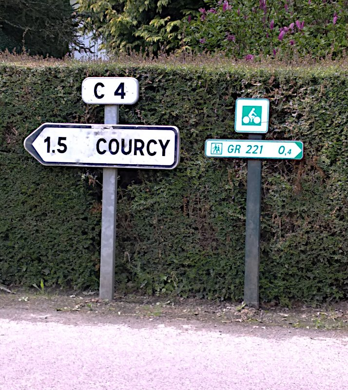Fléchage vélo incongru à Courcy, Manche.