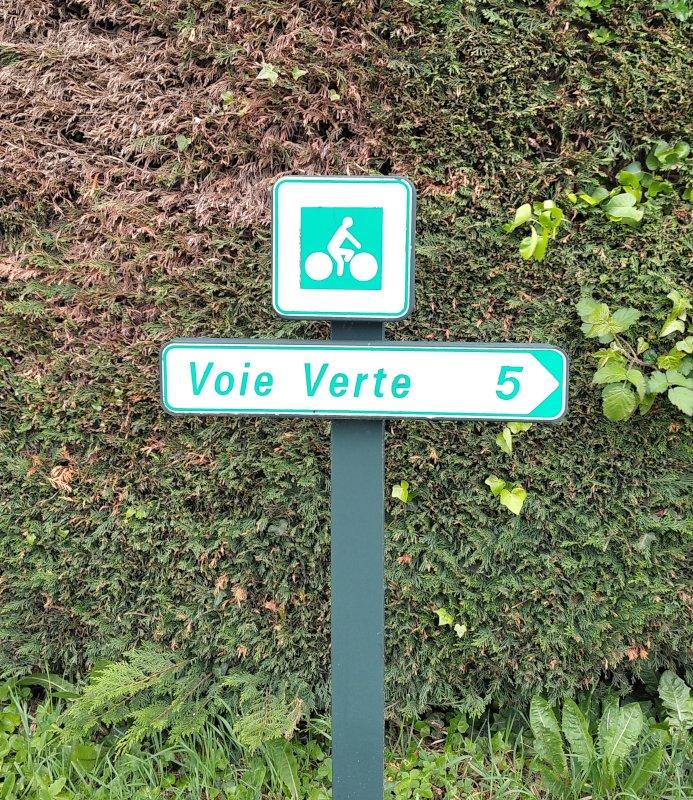 """Balisage vélo """"voie verte"""" à Coutances (Manche)."""